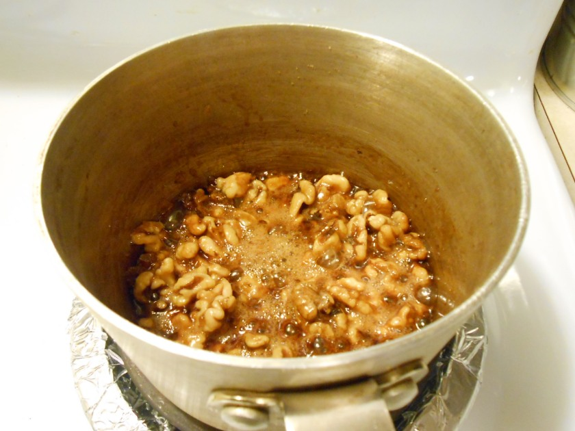 CARAMELIZED WALNUTS SAUCEPAN